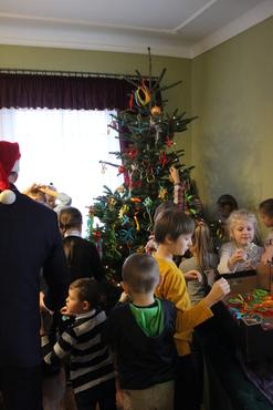 Galeria Dzieci w urzędzie- strojenie choinki